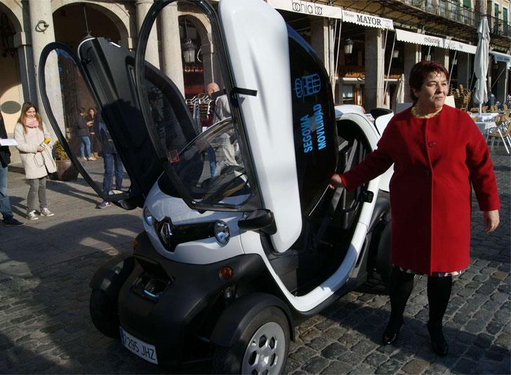 La alcaldesa enseña los nuevos vehículos de la flota, los Renault Twizy.