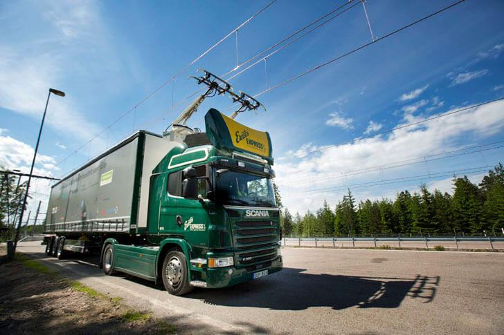 Camión híbrida de Scania con pantografo de Sienems en autopista eléctrica en Suecia