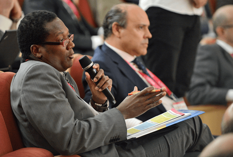 Un asistente del público formulando una pregunta en el III Congreso Smart Grids.