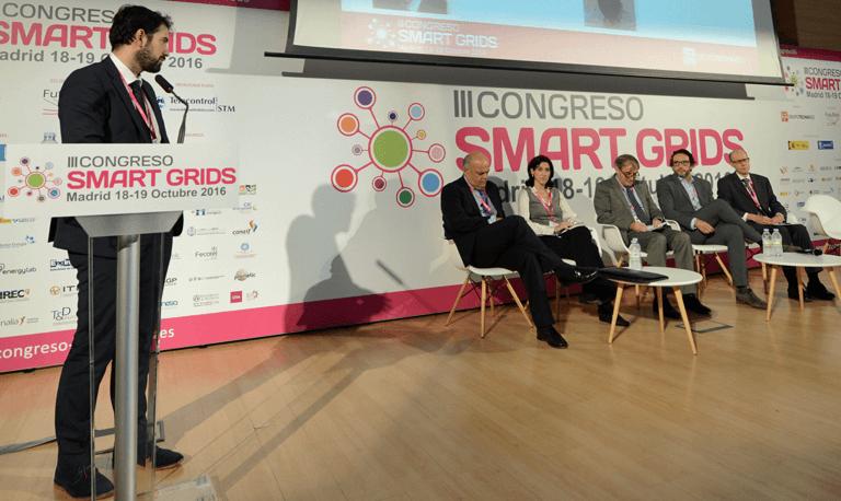 Moderador y participantes en la Mesa Redonda Nuevos Retos y Oportunidades del III Congreso Smart Grids.