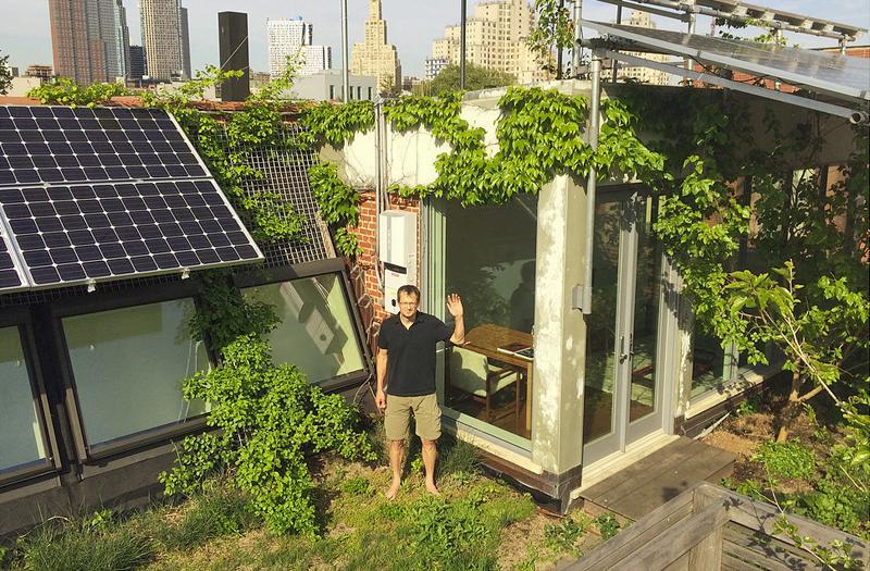 Vecino de Brooklyn con su sistema de placas solares
