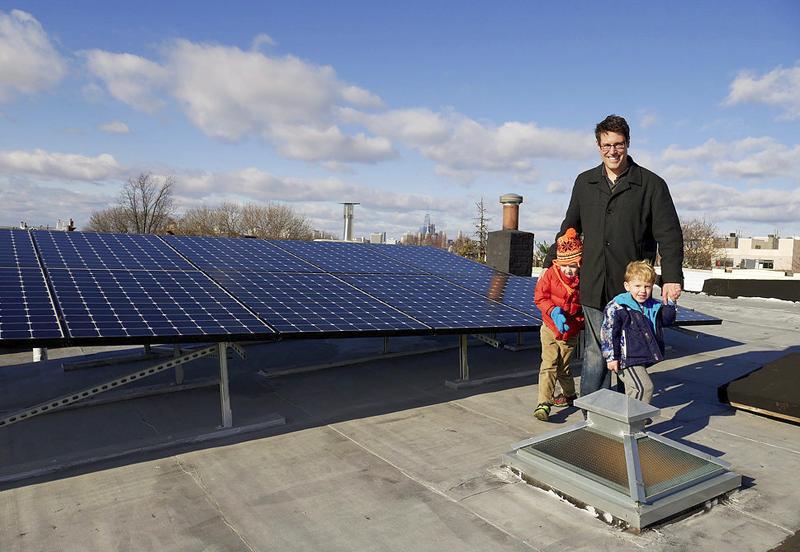 Vecinos de Brooklyn con sus placas fotovoltaicas