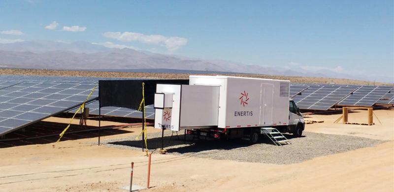 Uno de los PV Mobility Lab de Enertis con los que verificará el rendimiento de la planta fotovoltaica de Chile, la de mayor potencia en Sudamérica.