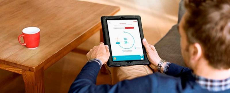 Un cliente consulta su consumo energético a través de una aplicación en una tablet.