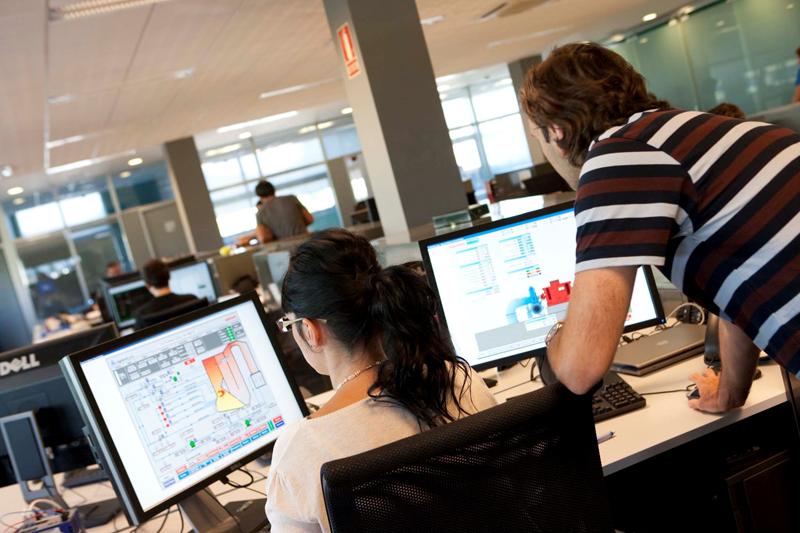 Empleados delante de ordenadores con el software de SCADA de Ingeteam.
