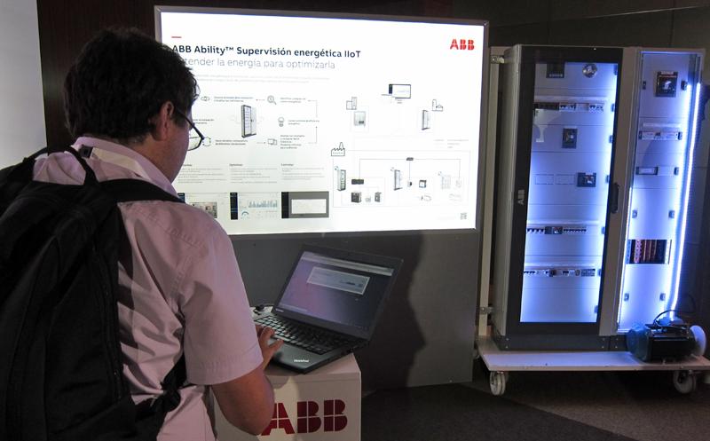 Los asistentes prueban las soluciones de ABB en su evento Customer World