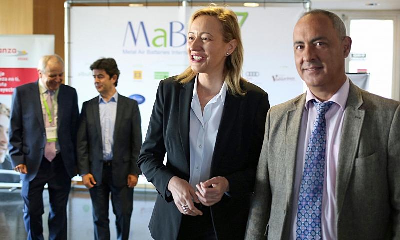 La consejera de Economía, Industria y Empleo del Gobierno de Aragón, Marta Gastón, junto a Joaquín Chacón, presidente del Congreso MaBIC 17, en la jornada inaugural del encuentro sobre baterías de metal-aire.