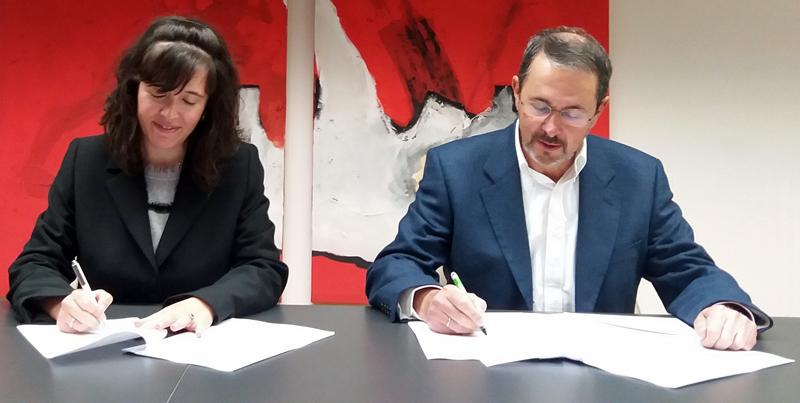 Nuria Gisbert, directora general de CIC EnergiGUNE en la firma de un acuerdo