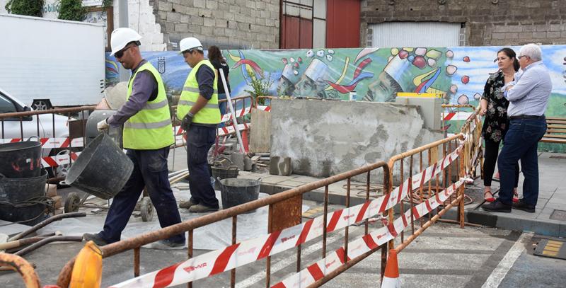 Obras de instalación de uno de los puntos de recarga de vehículo eléctrico que la empresa pública Gorona del Viento El Hierro están colocando en la isla.