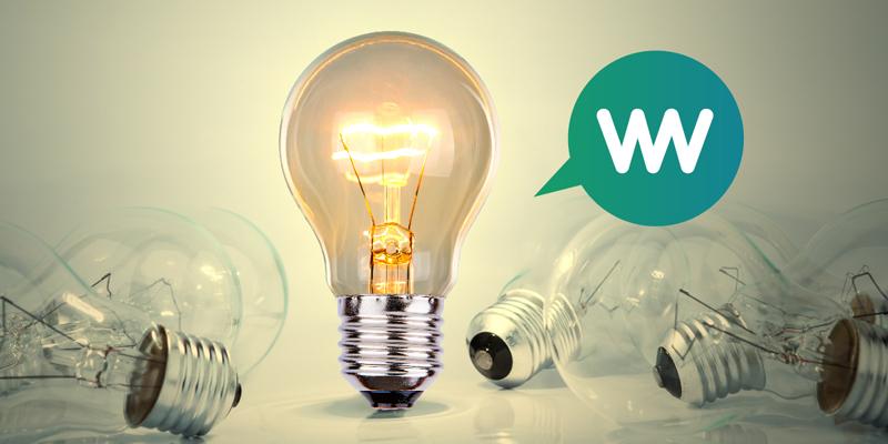 Una bombilla encendida entre varia bombillas apagadas como símil de un comparador que busca la mejor tarifa eléctrica para el consumidor.