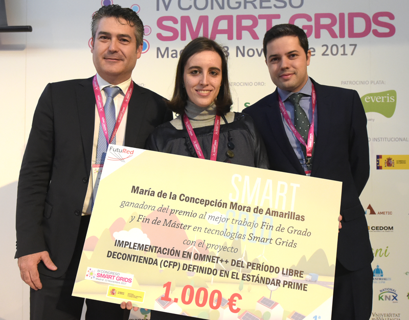 Entrega Premio Mejor Trabajo Fin de Grado o Máster en Smart Grids de FutuRed a Mª Concepción Mora durante el IV Congreso Smart Grids.