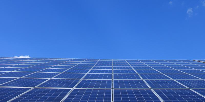 En Abu Dabi, Emiratos Árabes, se está construyendo la mayor planta solar para abastecer de energía fotovoltaica más de de 200.000 hogares.