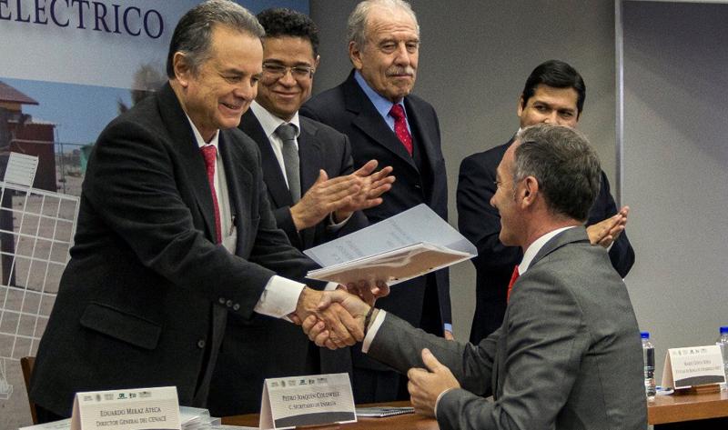 Acto de firma de los contratos de adjudicación de los proyectos fotovoltaicos a Acciona, con asistencia del Secretario de Energía de México, Pedro Joaquín Coldwell.