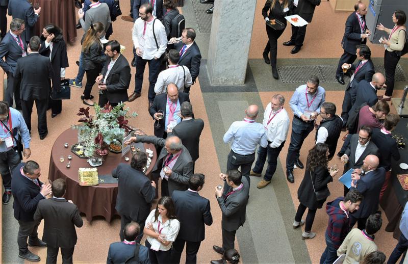 Pausa para la comida y networking en el hall de la ETSI UPM.