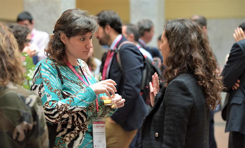 Congresistas intercambiando conocimientos e impresiones en el IV Congreso Smart Grids