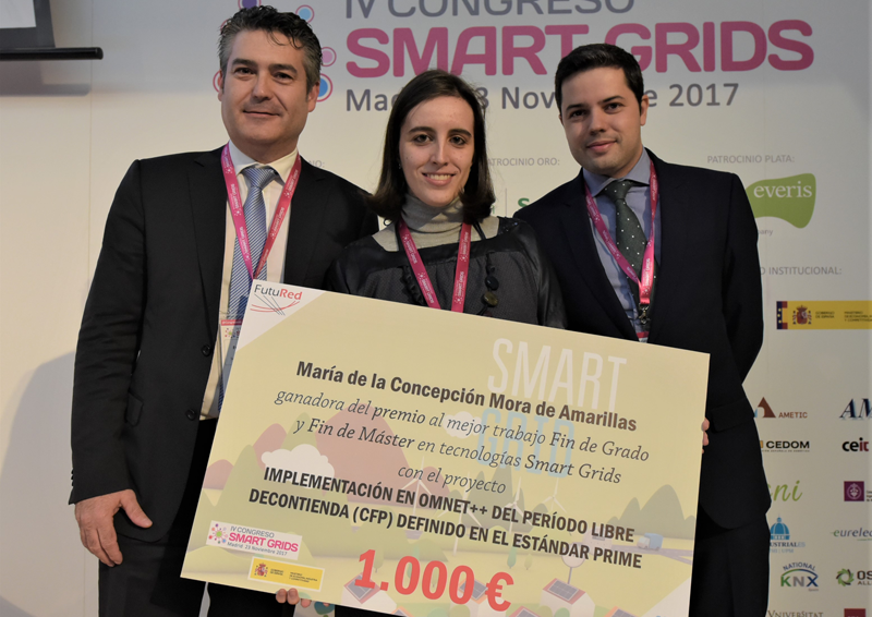 Entrega del premio FutuRed a Mª Concepción Mora por su Trabajo de Fin de Grado en tecnologías Smart Grids.