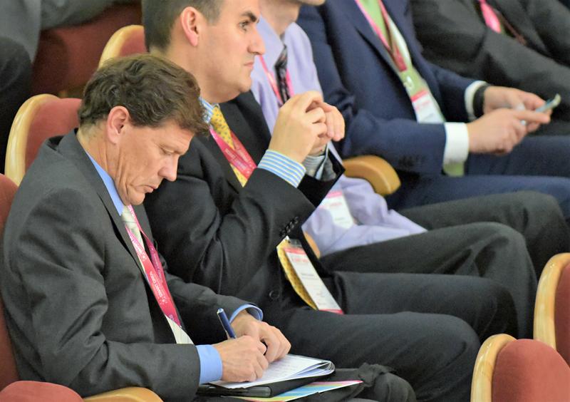 Congresistas atendiendo a las explicaciones del IV Congreso Smart Grids.