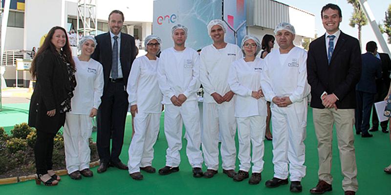 Acto en el que Nestlé Chile recibe el sello verde de Enel que certificará que todas las fábricas de la multinacional se abastecerán con energía renovable, con lo que reducirá su huella de carbono un 35%.