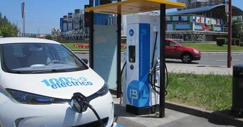 El proyecto E-Via Flex-E contempla la instalación de 14 puntos de recarga ultrarrápida en España, Italia y Francia que permitirán a los nuevos coches eléctricos recorrer largas distancias cargando sus baterías en minutos.