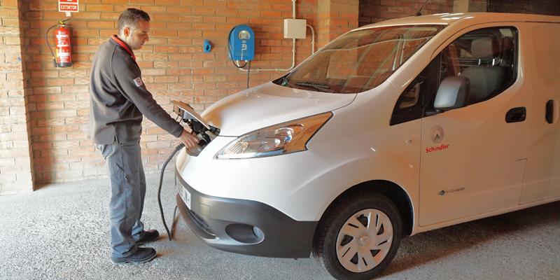 El proyecto de Schlindler utiliza vehículos eléctricos e instala cargadores de IBIL en los domicilios de los técnicos.