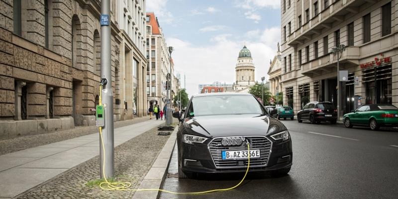 El piloto de la tecnología de Urbitricity y Siemens permite convertir farolas urbanas en puntos de recarga de vehículos eléctricos, como el de esta imagen en Londres.