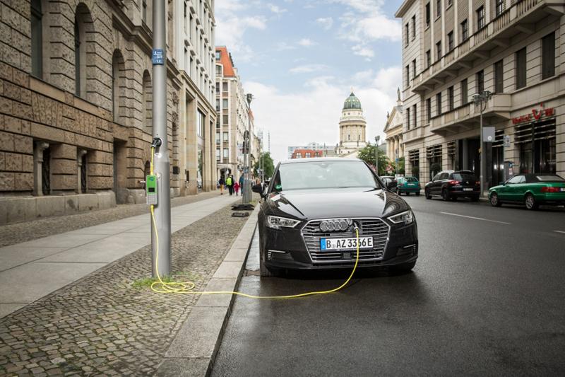 farola como punto de recarga para vehículo eléctrico