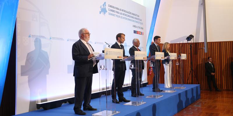 Los representantes de España, Francia, Portugal, la Comisión Europea y el Banco Europeo de Inversiones ofrecieron una rueda de prensa tras la firma de la Declaración de Lisboa en la II Cumbre de Interconexiones Energéticas.