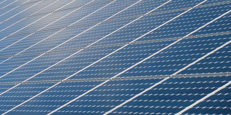 El resultado de la investigación ha permitido crear una celda solar híbrida de silicio y perovskita que hace más eficientes los paneles fotovoltaicos.