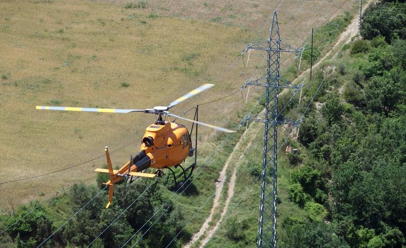 Helicóptero junto a punto de red eléctrica