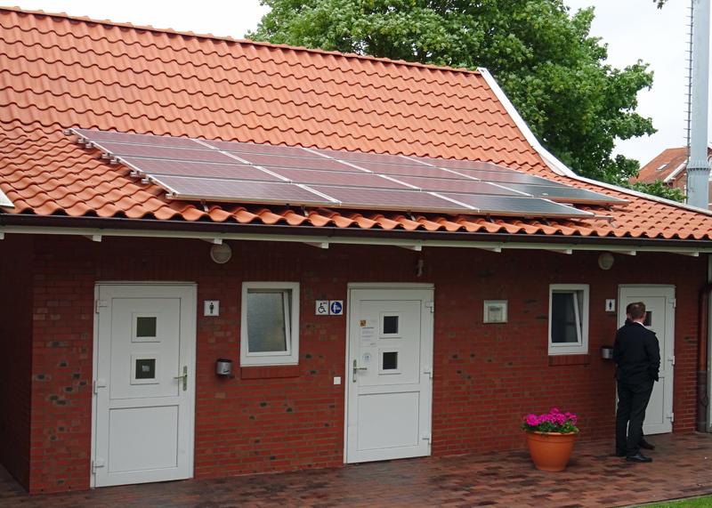 Paneles solares sobre edificio