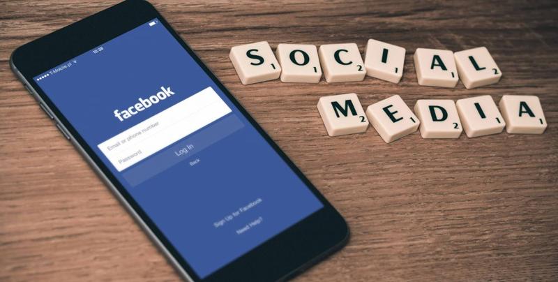 Móvil con App Facebook.