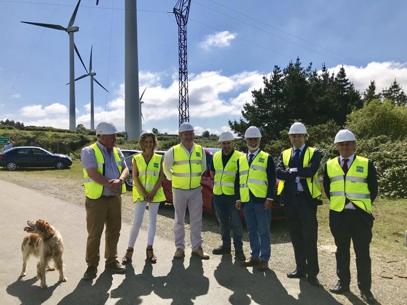 Autoridades gallegas y representantes de Endesa durante la visita a la ubicación del parque eólico .