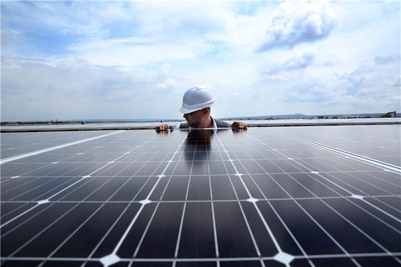 Operario instalando placas fotovoltaicas.
