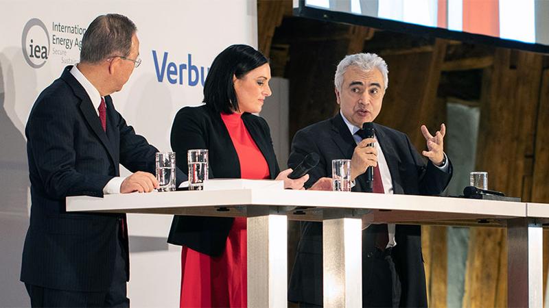 El ex Secretario General de las Naciones Unidas, Sr. Ban Ki Moon (izquierda), el Ministro de Sostenibilidad y Turismo de Austria, Elisabeth Köstinger (centro) y la Directora Ejecutiva de la AIE, Dr. Fatih Birol (derecha) (Fotografía: Klaus Vyhnalek)