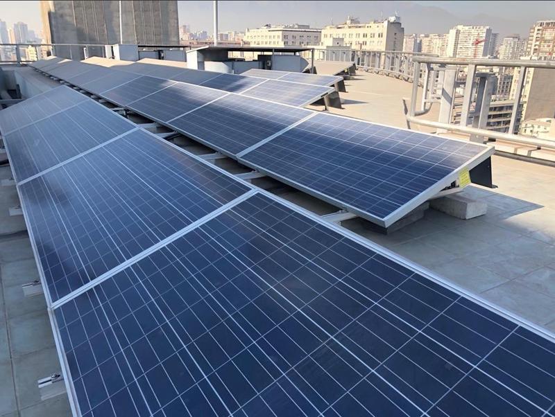 Paneles fotovoltaicos para autoconsumo sobre cubierta de un edificio en Chile.