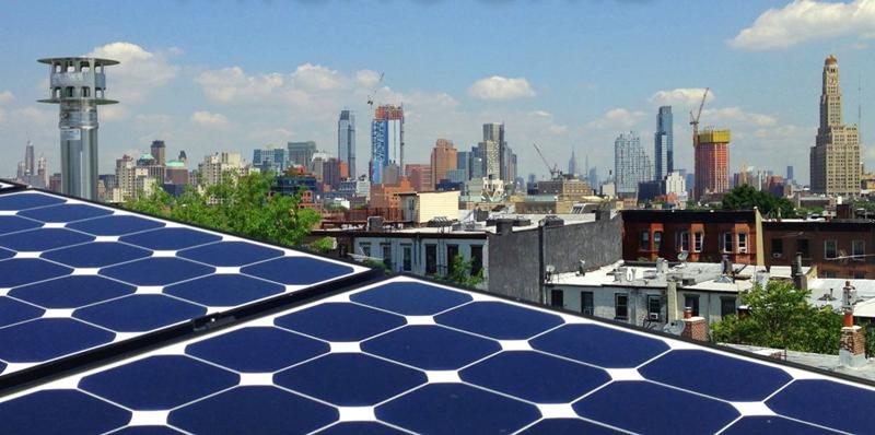 Panel fotovoltiaco sobre la cubierta de un edificio de Brooklyn.
