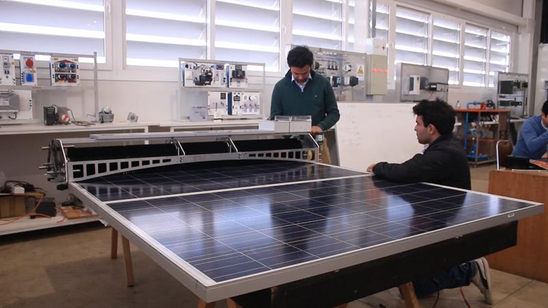 Estudiantes de la Universidad de Utalca, en Chile, prueban el robot para la limpieza de paneles fotovoltaicos.