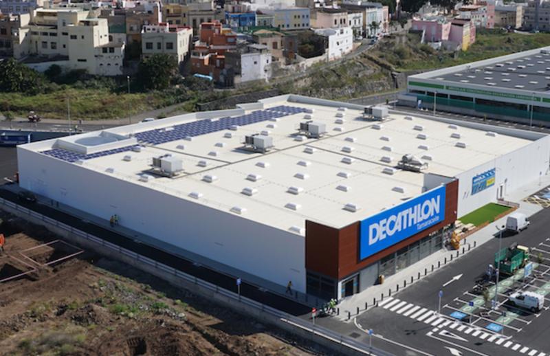 Vista aérea de una tienda Decathlon con paneles solares fotovoltaicos sobre la cubierta.