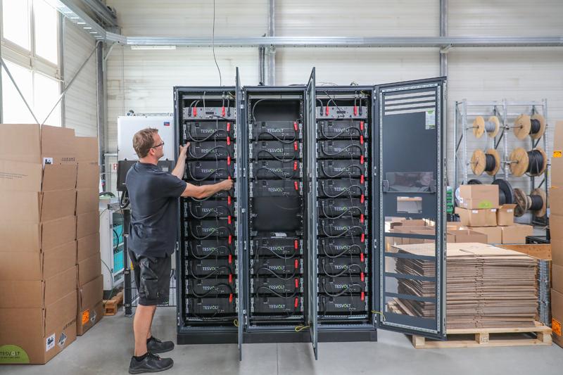 El empleado de Tesvolt verifica las conexiones de los cables de los módulos de la batería (Fuente: TESVOLT)