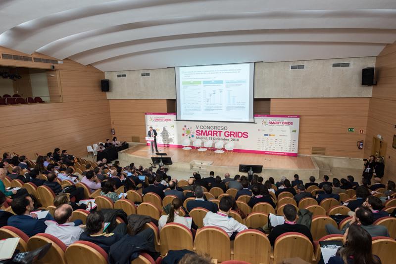 Alberto Amores, Deloitte, impartiendo la Conferencia Magistral del V Congreso Smart Grids.