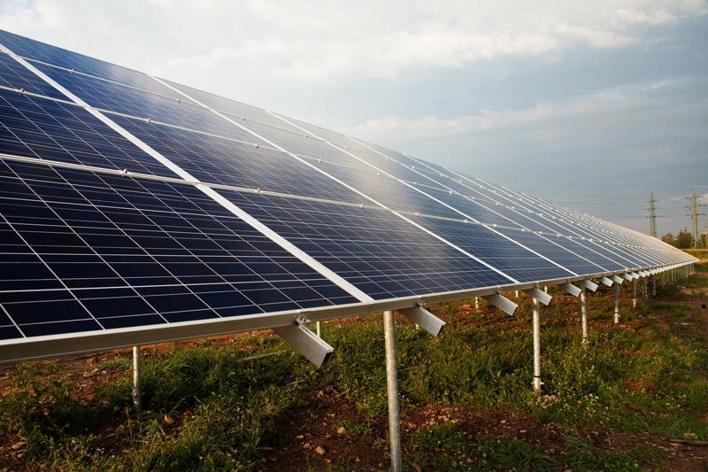 Paneles fotovotlaicos en un campo solar.