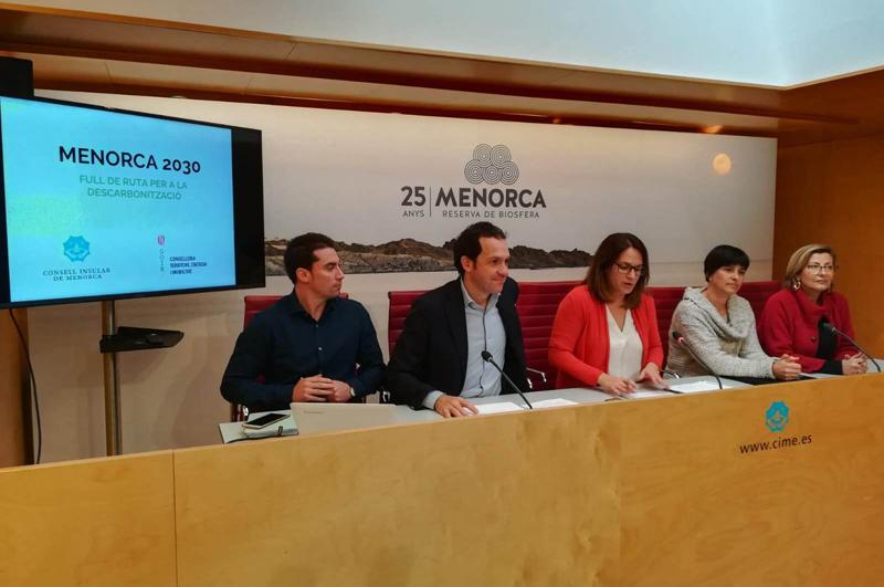 El consejero de Territorio, Energía y Movilidad, Marc Pons, junto con la presidenta del Consejo de Menorca, Susana Mora, han presentado esta mañana la Hoja de Ruta