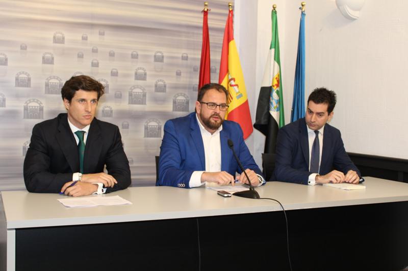 De izda. a dcha. el responsable de Desarrollo OPDEnergy, Alejandro Álvarez; el alcalde de Mérida, Antonio Rodríguez; y el CEO de la compañía, Luis Cid.