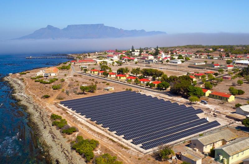 Vista aérea de la planta fotovoltaica de Isla Robben.