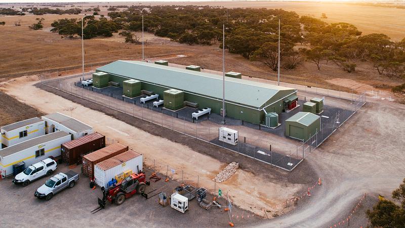 ARENA también ha contribuido con fondos para dos baterías a escala de red (la batería de Lake Bonney de Infigen y la batería de ESCRI en Dalrymple) y dos pruebas de plantas de energía virtual en Adelaide.