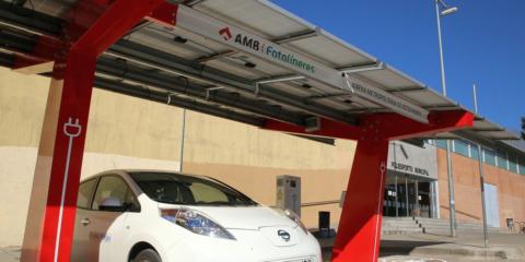 Área Metropolitana de Barcelona instala una fotolinera bidireccional con puntos de carga y almacenamiento energético