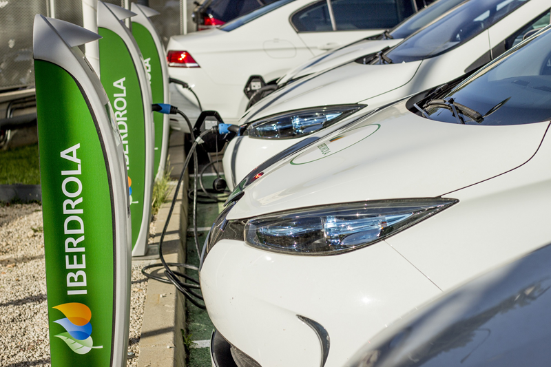 Vehículos eléctricos cargando en puntos de recarga de Iberdrola.