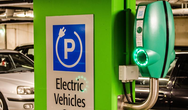 Punto de recarga de vehículo eléctrico.