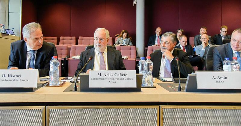 Miguel Arias Cañete y A.Amin en el evento organizado por la Comisión Europea para el lanzamiento del informe de IRENA.