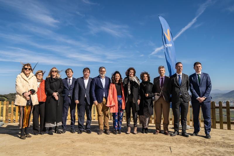 Autoridades regionales y locales así como representantes de Naturgy en la inauguración del Parque Eólico Merengue.
